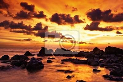 Tropikalny zachód słońca na plaży kamienie. Tajlandia