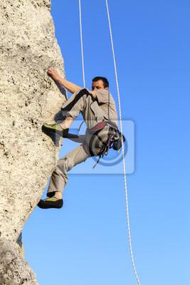 Trudna wspinaczka na skały pozycji poziomej skały, góry