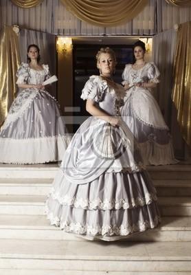 4028060b98 Obraz Trzy młode kobiety w suknie balowe na wymiar • strona