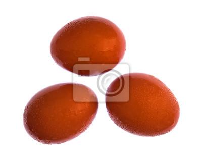 Trzy pojedyncze jaja na białym tle poprzez czyszczenia