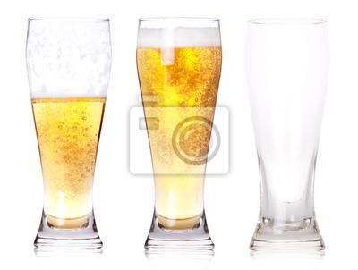 Trzy szklanki piwa z jednego pełnego, pół jednego, jeden pusty
