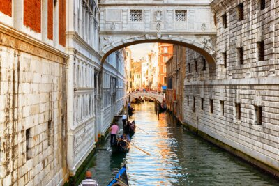 Obraz Turyści w gondoli pływających pod Most Westchnień, Wenecja