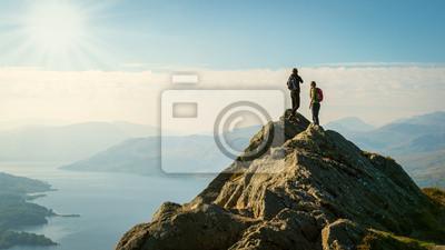 Obraz turystów na szczycie góry ciesząc się widokiem, Highlands, Szkocja