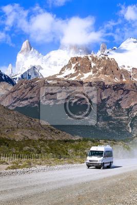 Turystyczna samochód na drodze w Fitz Roy Mountain Range.