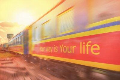 Twój sposób to twoje życie / Twój sposób to twoje życie. Motywacyjny cytat dla życia na wagonach kolejowych z refleksją słoneczną. Ruch.