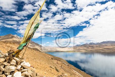 Tybetańskiej flagi widokiem Tso Moriri modlitwa (Jezioro Moriri) w Łady