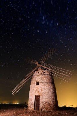 Obraz Typowy wiatrak w otoczeniu gwiazd w Castilla la Mancha, Spai