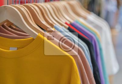 Obraz ubrania na wieszakach w sklepie