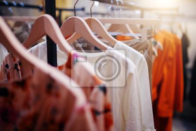 Obraz Ubrania na wieszaku w nowoczesnym sklepie butiku