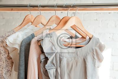 Obraz Ubrania wiszą na wieszaku