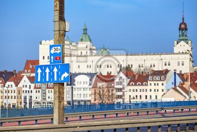 Uliczne znaki szlaku zamkowego, główna autostrada wjazdowa Szczecina do starego miasta w oddali, Polska.