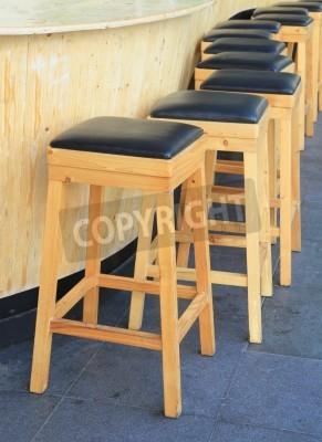 Ułożone z drewnianych stołków barowych