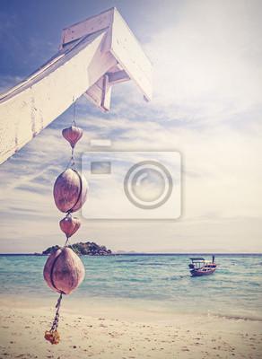 Unikalne retro filtrowane kokosowego dekoracji na tropikalnej plaży.