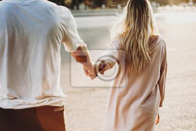 Obraz Uprawy para trzymając się za ręce na ulicy