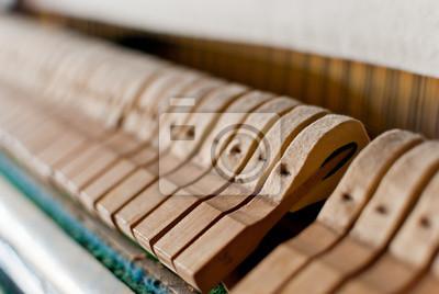 Upright piano czarny detal młotek