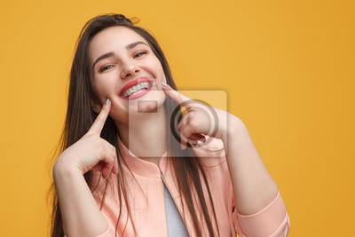 Obraz Urocza dziewczyna robi uśmiechowi