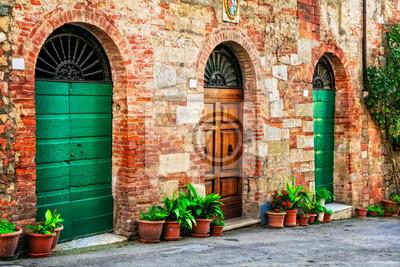 Urocze, kwieciste zdobione stare uliczki średniowiecznych miast Włoch.