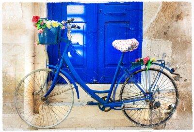 Uroczy kwiatowy ulicy dekoracji ze starym rowerze. Retro obraz