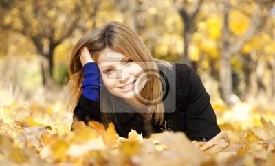 Uśmiecha się szczęśliwy dziewczyna w parku jesienią