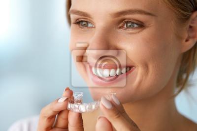 Obraz Uśmiechnięta kobieta z białymi zębami Trzymając się wybielanie zębów tacy. Wysoka rozdzielczość obrazu