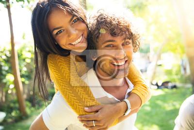 Obraz Uśmiechnięta para na zewnątrz