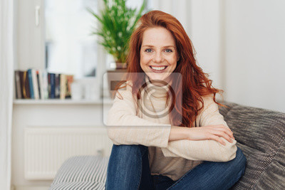 Obraz Uśmiechnięta szczęśliwa młoda kobieta z żywym uśmiechem