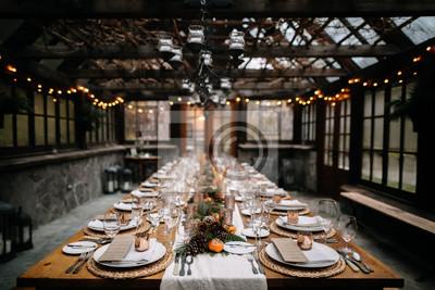 Obraz Ustaw stoły na fantazyjną kolację w zielonym domu