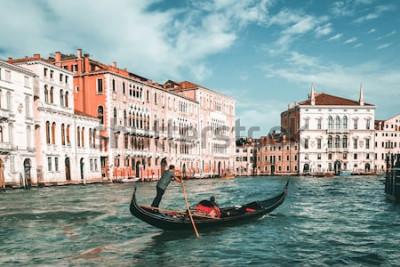 Obraz Venetian gondolier punting gondola przez kanał grande w Wenecji, Włochy. Gondola to tradycyjna wenecka łódź wiosłowa o płaskim dnie. To wyjątkowy transport z Wenecji we Włoszech.