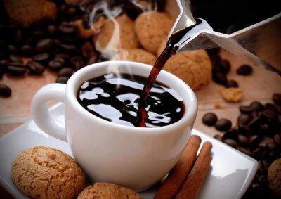 Obraz versare il caffè caldo nella tazzina bianca