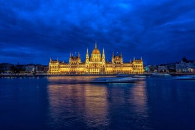 Obraz View of the Hungarian Parliament and the Danube River during the blue hour in Budapest, Hungary
