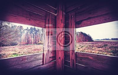 Vintage filtrowane wnętrze wieży polowania w sezonie jesiennym.