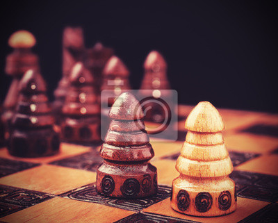 Vintage filtrowany obraz szachy, jeden przeciw wszystkim koncepcji.
