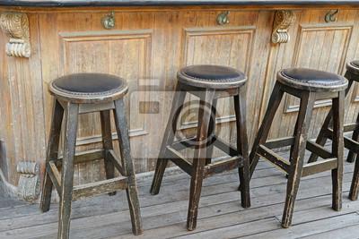 Vintage i rustykalne drewniane stołki barowe na drewnianej podłodze z przodu drewniany bar z hakiem torebka wieszak