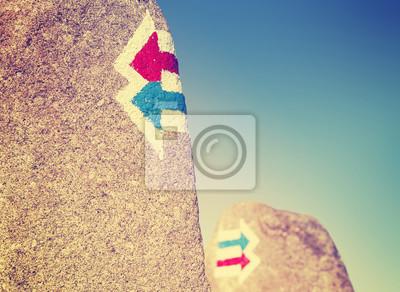 Vintage kontrasty szlak znaki malowane na skale, wyboru lub dylemat koncepcji.