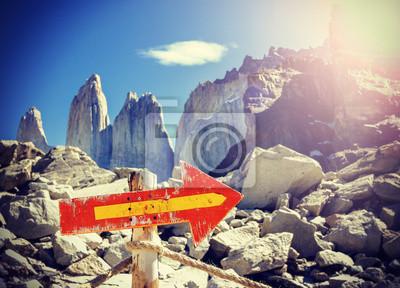 Vintage obraz drewniany kierunek znak post na górskiej ścieżce
