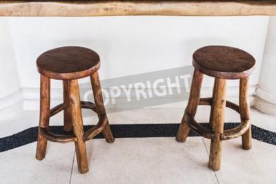 Vintage ręcznie drewniane stołki barowe są w kolejce w kawiarni na świeżym powietrzu na białym tle