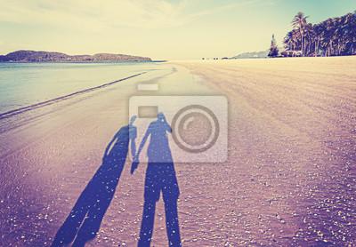 Vintage retro filtrowany obraz cienia pary na plaży.