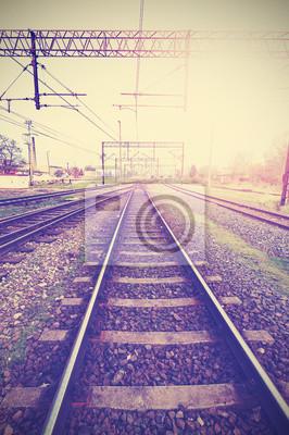 Vintage retro filtrowany obraz torów kolejowych i infrastruct