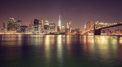 Vintage stonowanych Manhattan nabrzeża w nocy, NYC, USA.
