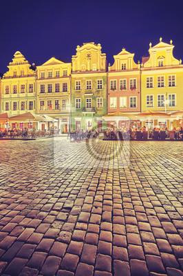Vintage stonowanych Stary Rynek w Poznaniu w nocy, w Polsce.