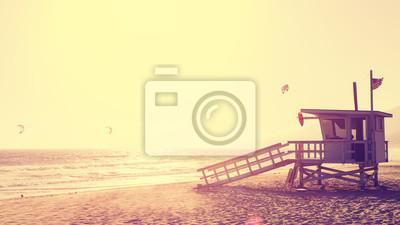 Vintage styl obraz ratownik wie o zachodzie słońca w Malibu, USA
