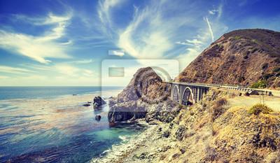 Vintage stylizowane California linii brzegowej wzdłuż Pacific Coast Highwa