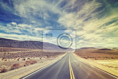 Vintage stylizowane niekończące kraju autostrada w Death Valley, USA.