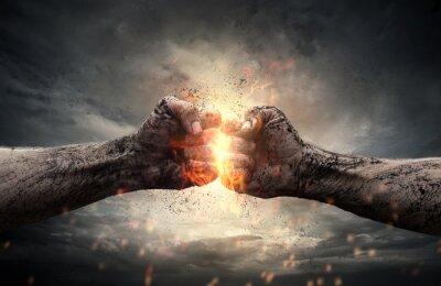 Obraz Walki, dwie pięści uderzając siebie na dramatyczne niebo