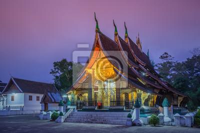 Wat Xieng Thong świątyni w czasie zmierzchu w Louangphrabang, Laos.