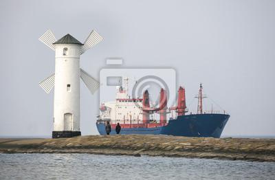 Wchodzących do portu statek w Świnoujście, Polska