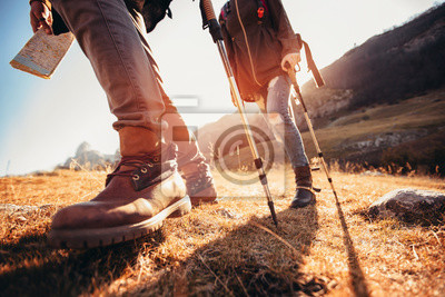 Obraz Wędrówki mężczyzny i kobiety w butach trekkingowych na szlaku