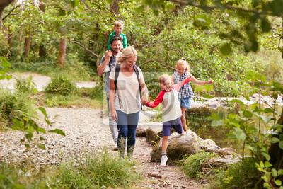 Obraz Wędrówki rodzinne wzdłuż ścieżki nad rzeką w UK Lake District