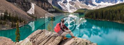 Obraz Wędrujący mężczyzna Patrzeje Moraine jezioro i Skalistych gór panoramę