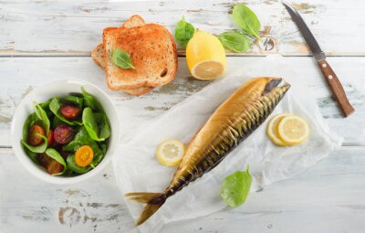 Obraz Wędzona makrela z cytryną, tosty i świeże sałatki.